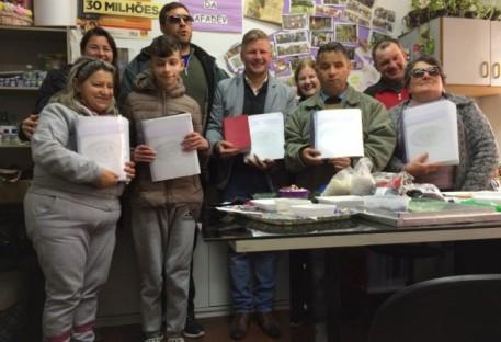 Comunidade em Farroupilha é presenteada com Livros de Canto da IECLB em Braille